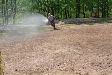 Parallel zu den Grabungen laufen die Vorbereitungen für unser Burgfest am 16./17. Juni. Hier wird der neu eingesäte Rasen aufgrund des ausbleibenden Regens von der freiwilligen Feuerwehr gegossen ... eine Arbeit für ECHTE MÄNNER.