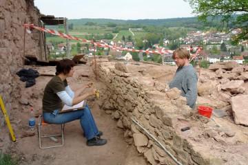 Die Mauer im Zwingerbereich wird geputzt und steingerecht dokumentiert.