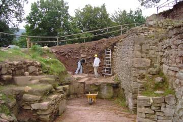 Anlage eines Profils im Burggraben vor der Zwingermauer.