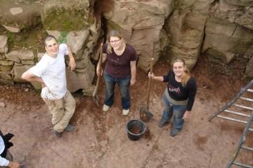 Gergely schaut, ob Katharina und Nina an der richtigen Stelle gegraben haben.