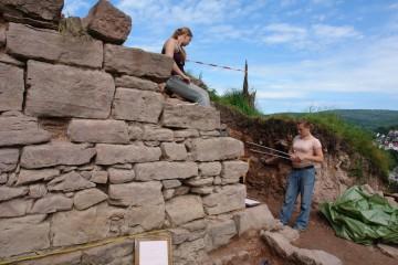 Nina und Miriam suchen nach dem besten Ansatzpunkt, um die Mauer Stein für Stein zu zeichnen.