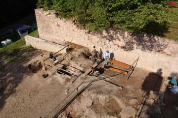 Ein Blick aus luftiger Höhe: Auf der unteren Ebene wird fleißig gearbeitet, eine Ebene höher bieten sich Bänke für eine Verschnaufpause an.