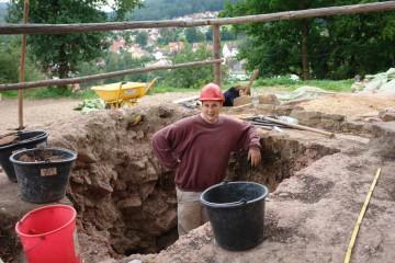 Nicht Bob der Baumeister, sondern Gergely steht hier mit schickem rotem Helm in seinem handgegrabenen Schnitt. Wie tief wird er wohl noch ins Erdreich vordringen?