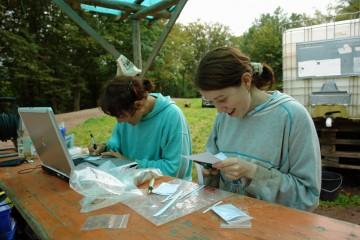 """Auch am letzten Tag der Grabung noch mit Spaß an der Arbeit: Claudia und Theresa beim """"Verzetteln"""" der Funde."""
