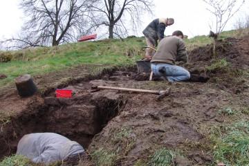 Schon bald zeichnen sich vor der Zwingermauer die Fundamente einer auskragenden Bastion ab.