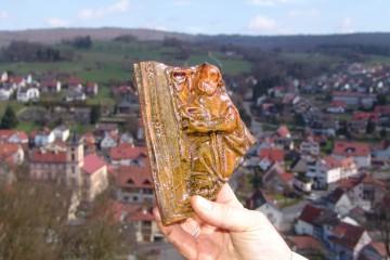 Nach 400 Jahren unter Trümmern erblickt eine Kachel mit einem der Heiligen Drei Könige wieder das Tageslicht.