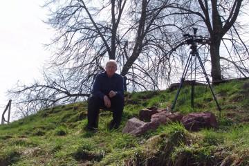Heinz, der Vorsitzende des Geschichts- und Burgvereins e.V. nimmt an den Ausgrabungen regen Anteil.