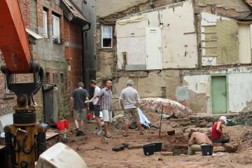 Vor dem Bagger: das Grabungsteam und die Eigentümer bei der Arbeit