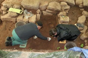 Freilegung und Präparation von Grab 4