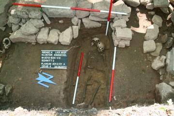 Grabungsfoto von Grab 4, Blick nach Westen