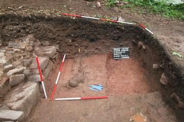 Grabungsfoto von Grab 5, Blick nach Osten