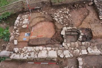 Blick von Osten auf die Südhälfte des Steinernen Hauses. Hier konnte 2013 dessen Vorgänger, ein Grubenhaus aus der Zeit um 1220, erfasst werden.