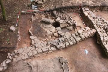 Blick von Norden auf das Mauergeviert der Raststation mit dem Brunnen in seiner Südostecke