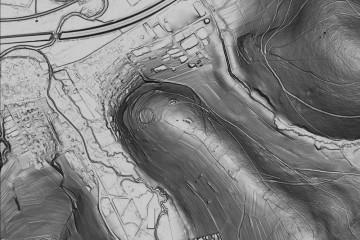Böschungsschummerung des DGM-Ausschnitts mit dem Ringwall am Ende des Bergrückens zwischen der Bieber und dem Hirschbach (2000m x 1334m). Datengrundlage: Hessische Verwaltung für Bodenmanagement und Geoinformation; Bearbeiter: Karl-Heinz Gertloff, Egelsbach