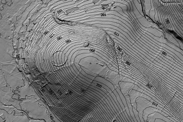 Der Bergrücken mit dem Ringwall in einer DGM-Schräglichtschummerung mit 2-m-Höhenlinien (1000m x 667m). Datengrundlage: Hessische Verwaltung für Bodenmanagement und Geoinformation; Bearbeiter: Karl-Heinz Gertloff, Egelsbach