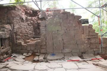 Südwand des Palas mit darin integriertem, stauferzeitlichem Kamin