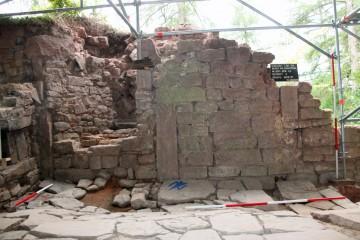 Der Kamin im Erdgeschoss des Palas ist nachträglich zur Schießscharte und zum Herd umgebaut worden.