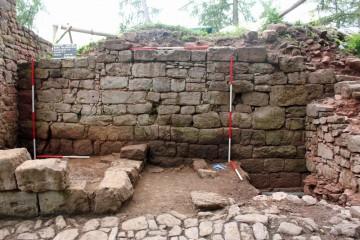 An der Nordfassade des Palas ist im Bereich des rechten Maßstabs der Prellschaden einer Blidenkugel zu erkennen.