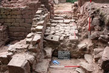 Die ins Erdgeschoss des Palas führende Rampe war zum Teil mit Spolien älterer Bauten gepflastert.
