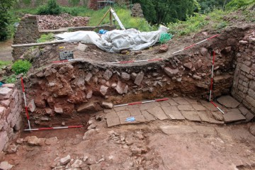 Der Versturz im Palasinneren bildete eine bis zu 2,50 m mächtige Strate.