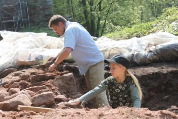 Alex und Jungarchäologin Amelie beim Mauerputzen.