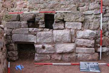 Westlich des Kellers kommt ein sorgfältig aus Buckelquadern gesetztes Mauerwerk zum Vorschein.