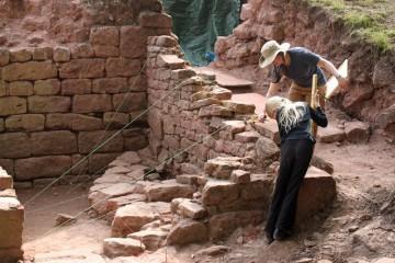 Amelie und Kathrin dokumentieren die Ostmauer einer Rampe, die im 15. Jahrhundert zum Erdgeschoss des Palas führte.