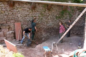 Unmittelbar nach dem Freiräumen werden die neu zu Tage getretenen Mauern steingerecht dokumentiert.