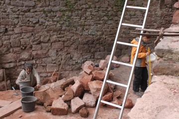 Unter der ersten Schicht stießen wir in dem Raum westlich des Pallas auf einen mannshohen Mauerversturz.