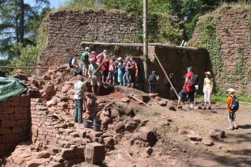 Eine Schulklasse aus dem Landschulheim in Hobbach zu Besuch auf der Grabung