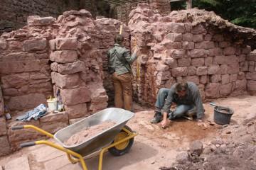 Die Wände des Erdgeschosses des Palas haben sich noch mannshoch erhalten.