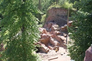 Der Blick vom Turm zeigt, wie viele Mauern innerhalb der letzten eineinhalb Monate aufgedeckt werden konnten.