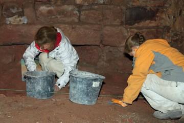 Bei Dauerregen untersuchten wir die Fundamente des Gewölbekellers. Dabei zeigte sich, dass der gewachsene Felsen nur wenige Zentimeter unter dem heutigen Fußboden liegt.