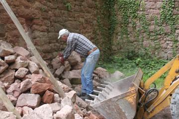 Die bei den Grabungen anfallenden Mauersteine werden für die anstehenden Sanierungen der Burgmauern dringend benötigt.