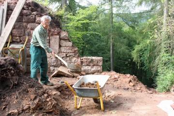 Die Aufschüttungen über dem Kellergewölbe des Palas werden bis auf Höhe eines Fußbodenpflasters aus dem 15. Jahrhundert abgetragen.