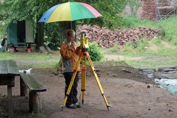In den letzten Wochen der Grabung wird bei Regen durchgearbeitet.