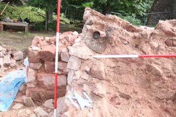 Beim Abriss einer auf den Keller gestürzten Palasmauer fand sich ein Gerüstloch.