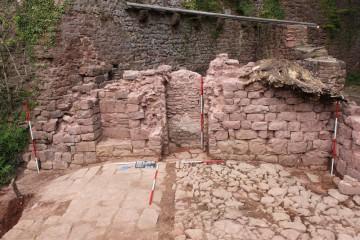Nach Abschluss der Säuberungsarbeiten wird deutlich, dass sich das Erdgeschoss über dem Keller des Palas noch annähernd mannshoch erhalten hat.