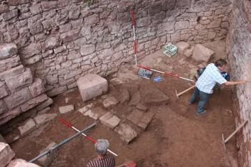 Im Raum nördlich des Pallas konnte das Fundament eines großen Herdes aufgedeckt werden.
