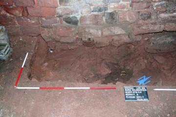 Bei einer Sondage im Keller stießen wir auf drei intakte Töpfe. Sie wurden bereits im 17. Jahrhundert dort vergraben.