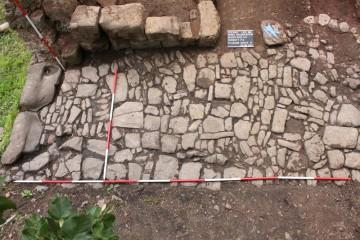 Erstmals konnte das Wegepflaster neben dem Palas vollständig aufgenommen werden.