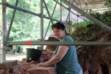 """Die Grabungen auf der Wildenstein finden 2012 unter einem großen Blechdach statt. Einerseits sind wir damit vor Regen geschützt, andererseits ist """"Stangentanz"""" angesagt."""