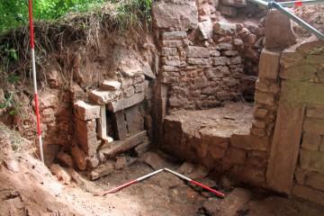 Bereits am zweiten Tag konnte beim Schuttabtrag ein interessanter Mauerbefund freigelegt werden.