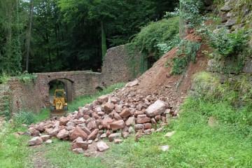 Schon wenige Tage nach Grabungsbeginn kapituliert der Radlader angesichts der Erdbewegungen im Palas.