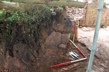 Die in Sandstein gehauene Rinne dürfte im Obergeschoss eingebaut gewesen sein.