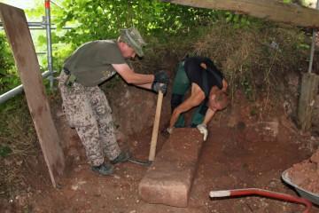 Bergung des Wangensteins eines Kamins aus dem 13. Jahrhundert