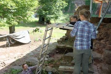 Vorbereitungen zur Dokumentation der Außenmauer des Palas.