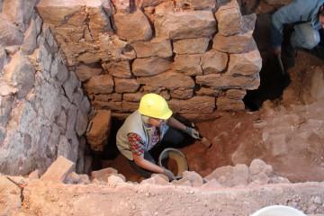 Juliane säubert die Gewölbekappe in der Nordostecke des Palas.