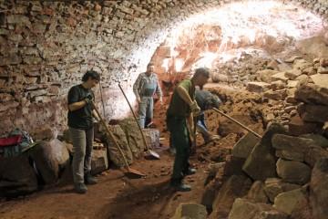 Erstaunlich, welche großen Steine der Kellerschutt enthält.