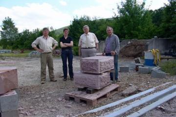 Eines der Tagungsthemen ist die Sicherung und Teilrekonstruktion der Ringmauer der Burg Bartenstein. Hier präsentiert Valentin die nachempfundenen Buckelquader für den Eckverband.